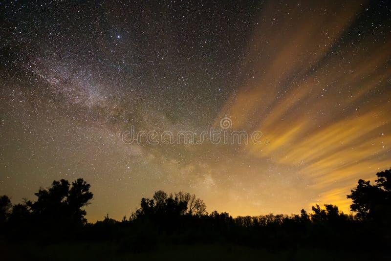 Szene des Nachtbewölkten Himmels lizenzfreie stockbilder