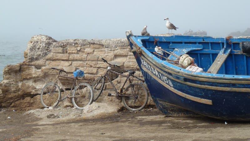Szene Essaouira, des Bootes u. des bicylcle - Marokko lizenzfreie stockfotos