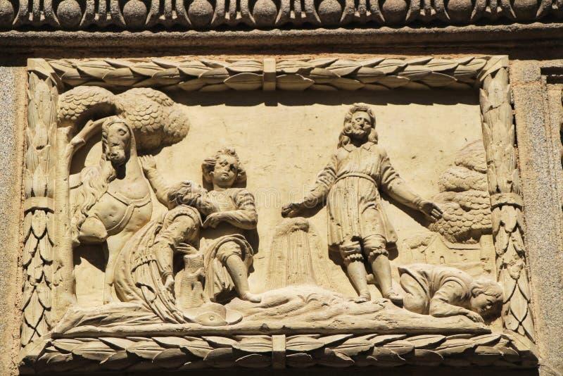Szene geschnitzt im Stein auf Fassade des alten Hauses in Cordoba, Spanien lizenzfreies stockbild