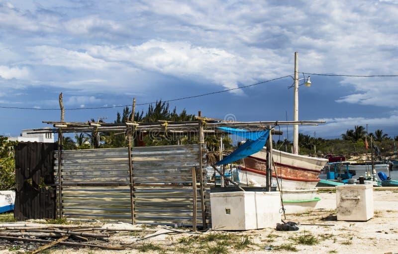 Szene vom mexikanischen Fischenjachthafen im Yucatan während der Regenzeit - Boote und Ausrüstung ganz herum stockfoto