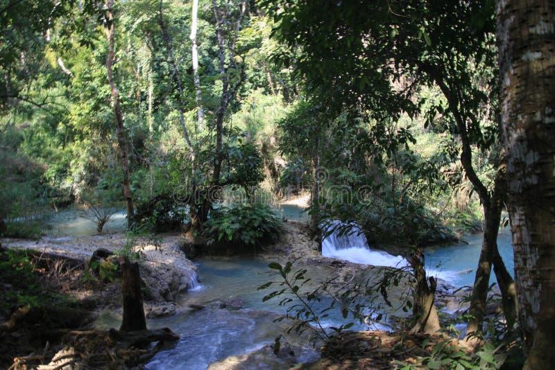 Szenische Ansicht über Kaskaden und natürliches blaues Pool von idyllischen Kuang Si-Wasserfällen im Dschungel nahe Luang Prabang lizenzfreie stockfotografie