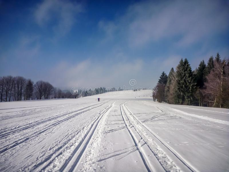 Szenische Ansicht über perfekte nordische Ski fahrende Spuren nahe Nove Mesto Na Morave lizenzfreie stockfotografie