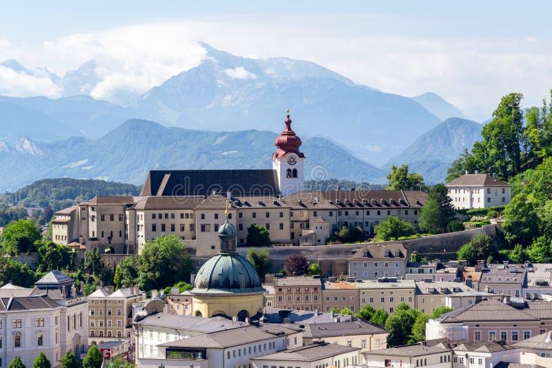 Szenische Ansicht über Salzburg und österreichische Alpen stockfotografie