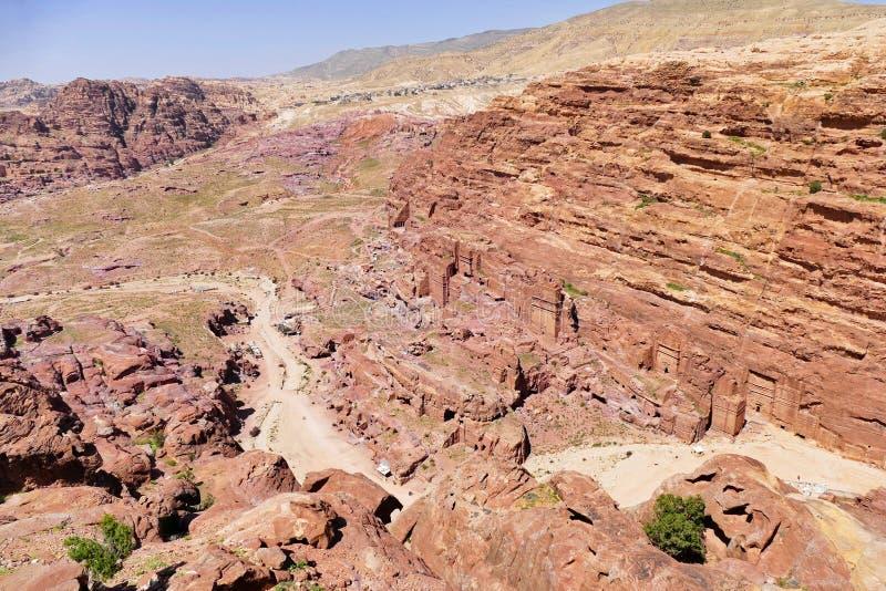 Szenische Ansicht das heilige Tal und alten die Nabataean-Gräber in der verlorenen Stadt von PETRA, Jordanien vom hohen Ort des O stockbild