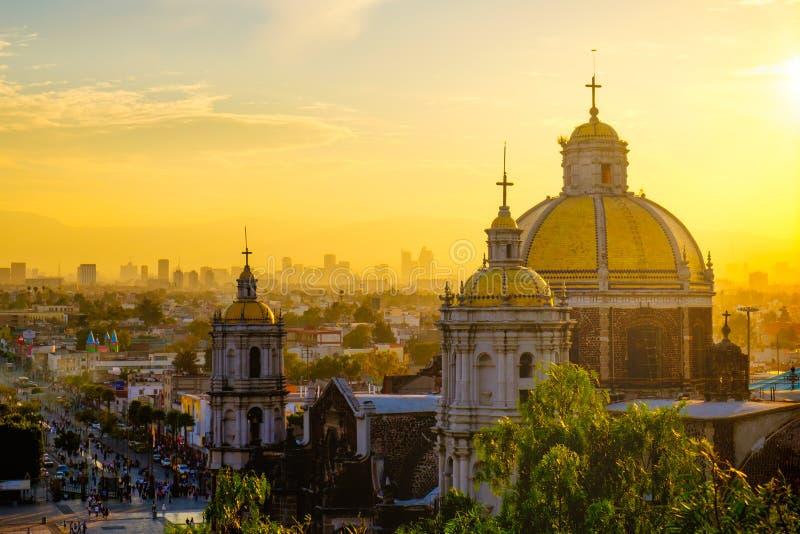 Szenische Ansicht an der Basilika von Guadalupe mit Mexiko- Cityskylinen stockfoto