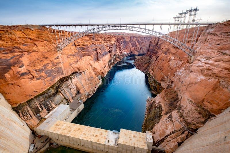 Szenische Ansicht der Brücke über Schluchtschluchtverdammung und Kraftwerk, USA lizenzfreies stockfoto