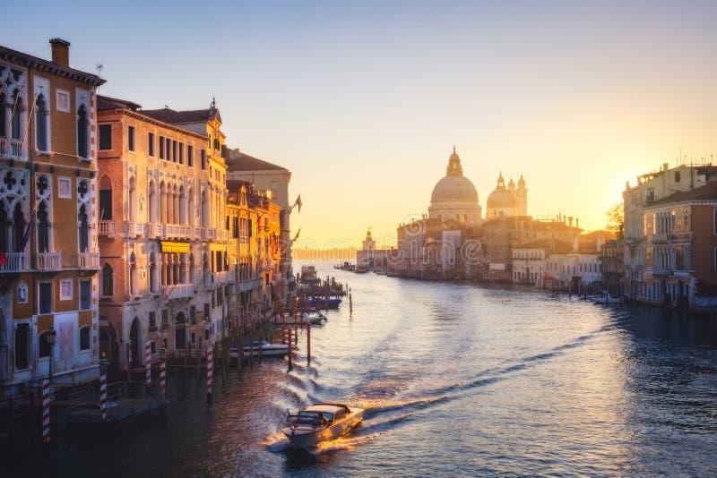 Szenische Ansicht der Canal Grande- und Santa Maria della Salute-Kathedrale in Venedig lizenzfreies stockfoto