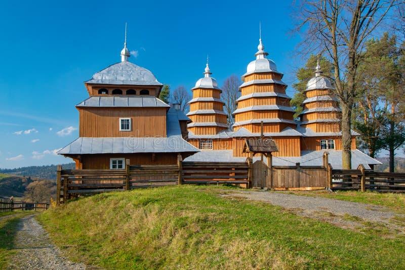 Szenische Ansicht der hölzernen Kirche des griechischen Katholischen von St. Dmytro, UNESCO, Matkiv, Ukraine stockbild