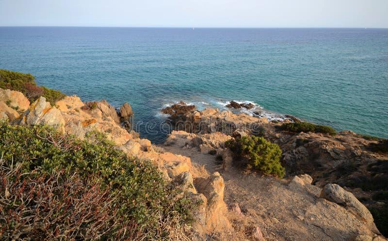 Szenische Ansicht der Küstenlinie von südlicher Sardinien-Insel stockfotos