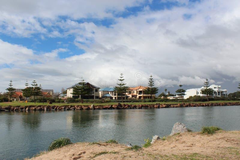 Szenische Ansicht der Leschenault-Mündung in Bunbury West-Australien an einem bewölkten Tag im Spätwinter. stockfoto