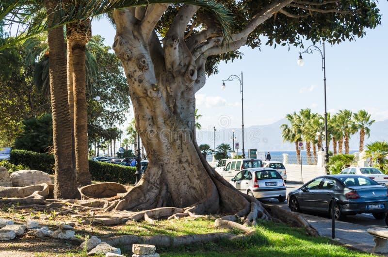 Szenische Ansicht der Reggio- di Calabriapromenade Lungomare Falcomata stockfotos