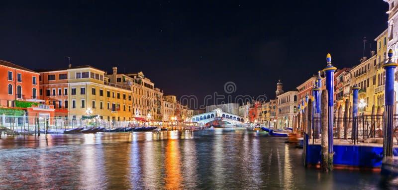 Szenische Ansicht der Rialto-Brücke, Venedig nachts lizenzfreies stockfoto