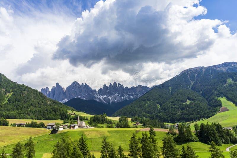 Szenische Ansicht der Santa Maddalena-Dorfkirche Dolomit, Val di Funes, Italien lizenzfreies stockbild