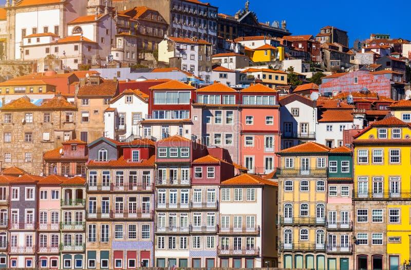 Szenische Ansicht der Stadtpierarchitektur Porto alten über Duoro-Fluss in Porto, Portugal lizenzfreie stockfotos