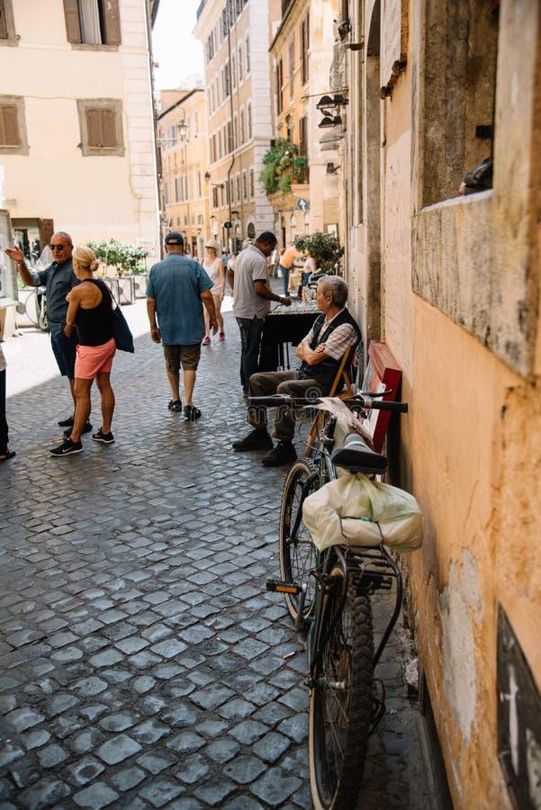 Szenische Ansicht der Straße in der historischen Mitte von Rom lizenzfreie stockbilder
