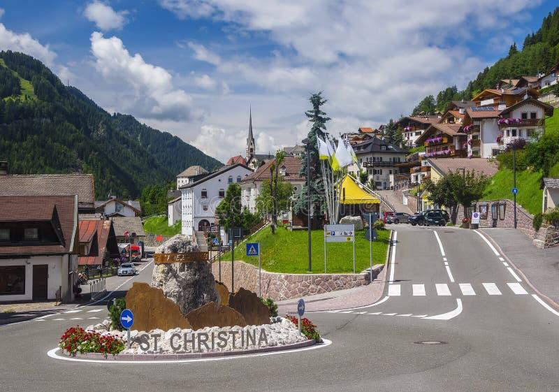 Szenische Ansicht des alpinen Dorfs in den Dolomit stockbild