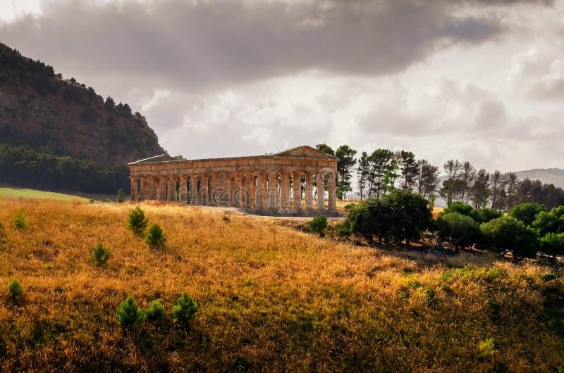 Szenische Ansicht des alten Tempels in Segesta bei Sonnenuntergang, Sizilien lizenzfreie stockfotografie
