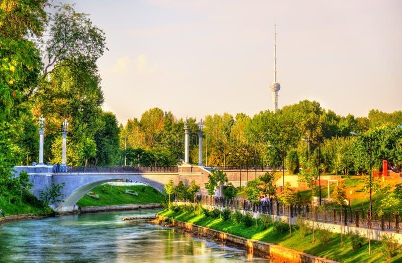 Szenische Ansicht des Anker-Kanals mit Fernsehturm im Hintergrund - Taschkent, Usbekistan lizenzfreie stockbilder