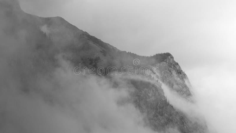 Szenische Ansicht des Berges und des blauen Himmels in KANADA stockfotografie