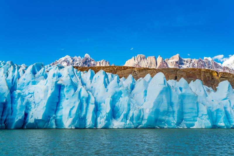 Szenische Ansicht des blauen Eises des Gletscher-Graus, der Kräuselung Lke-Graus und des schönen Schneeberges lizenzfreie stockbilder