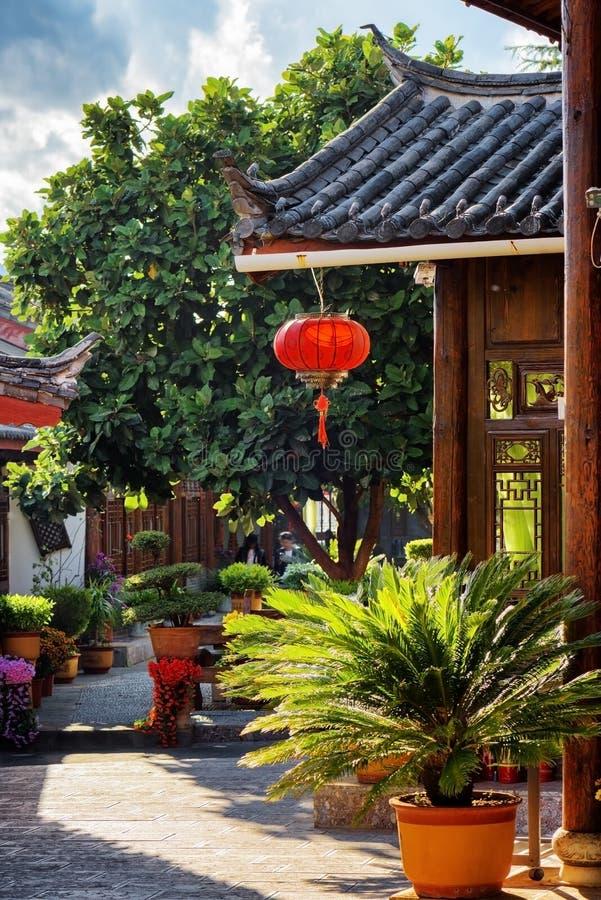 Szenische Ansicht des Holzhauses des traditionellen Chinesen, Lijiang, China stockfotos