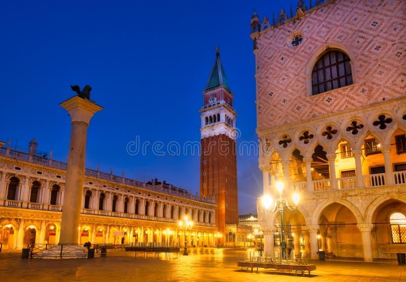 Szenische Ansicht des Marktplatzes San Marco nachts, Venedig, Italien lizenzfreie stockfotografie