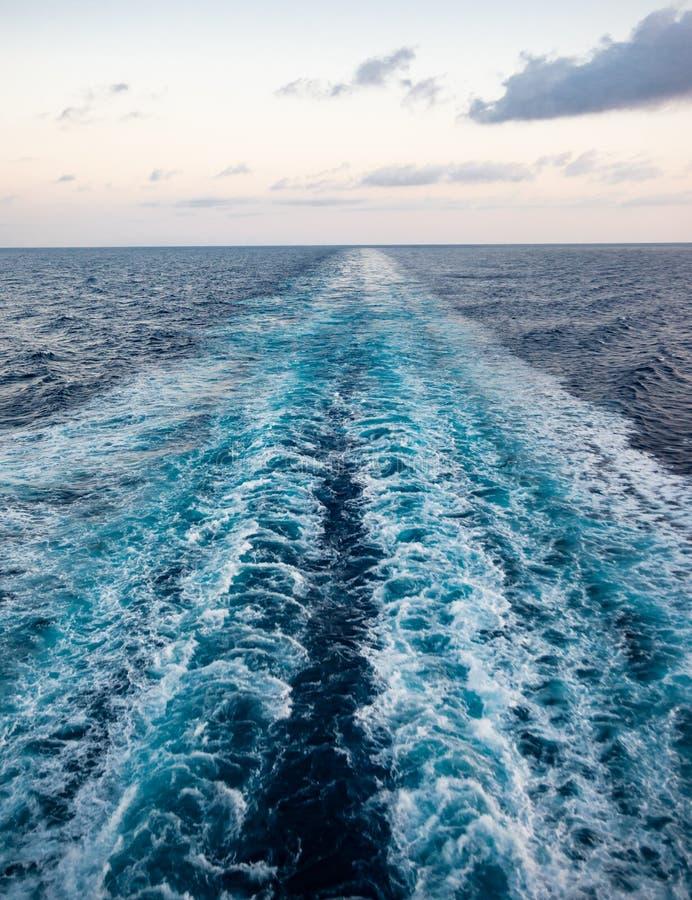 Szenische Ansicht des Meeres vom Heck eines luxuriösen Kreuzschiffs, gegen den Sonnenaufgang auf einem schönen blauen Himmel stockbild