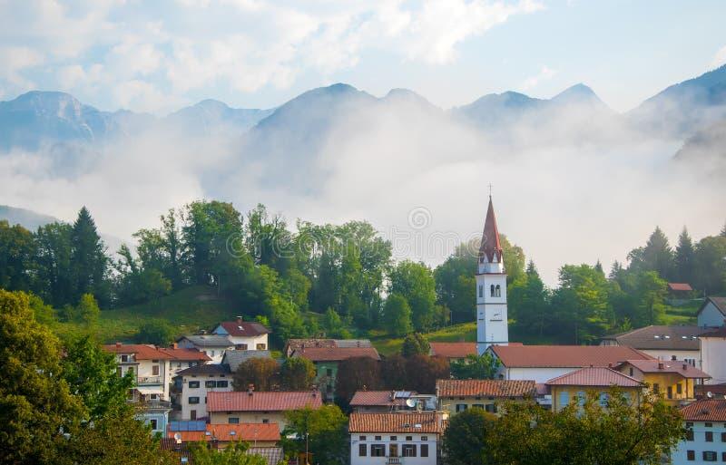 Szenische Ansicht des meisten Dorfs Na Soci, Slowenien am nebeligen Morgen lizenzfreie stockfotos