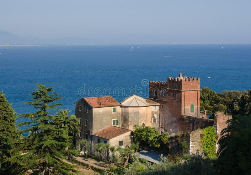 Szenische Ansicht des Mittelmeeres gegen den Himmel, vom Turm des alten mittelalterlichen Dorfs Monte Marcello stockbild