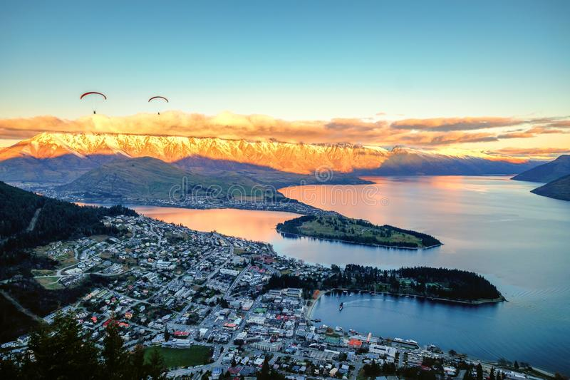 Szenische Ansicht des Sonnenuntergangs von Queenstown und von Remarkables, Queenstown, Neuseeland lizenzfreie stockfotografie