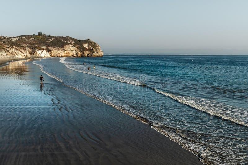 Szenische Ansicht des Strandes des Pazifischen Ozeans mit Sandsteinklippen und blauem Ozean lizenzfreie stockbilder