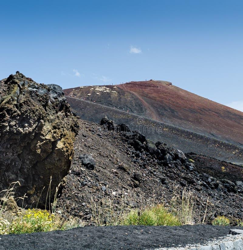 Szenische Ansicht des Vulkans Ätna auf einem blauen Himmel des Hintergrundes Europas höchster Vulkan noch in der Tätigkeit stockfoto