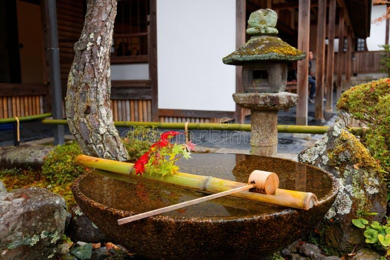 Szenische Ansicht einer Steinwaschschüssel Chouzubachi oder Tsukubai und der Steinlaterne lizenzfreies stockbild