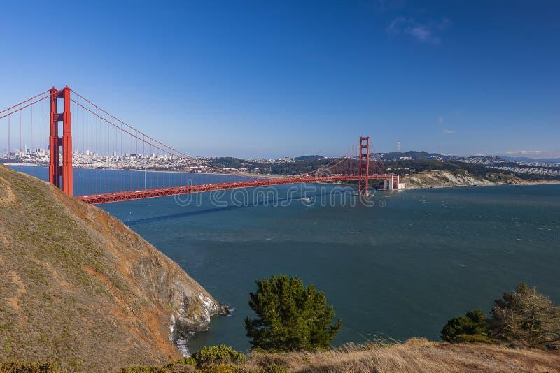 Szenische Ansicht Golden gate bridges über San Francisco lizenzfreie stockfotos