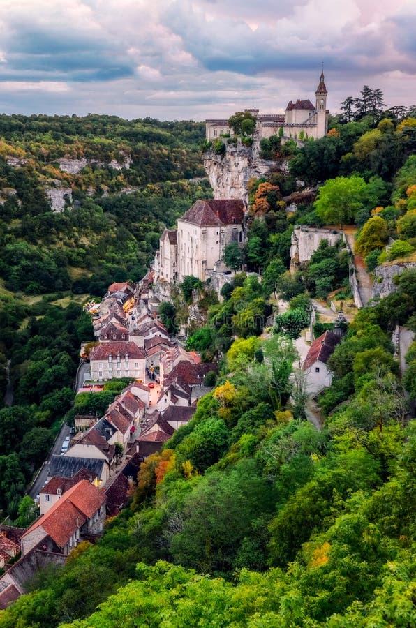 Szenische Ansicht schöner historischer Rocamadour-Stadt nach Sonnenuntergang, Frankreich lizenzfreie stockfotografie