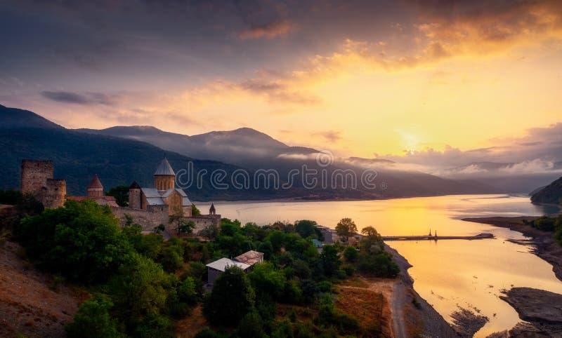 Szenische Ansicht von Ananuri-Festung und von See bei Sonnenaufgang, Land von Georgia stockfotos