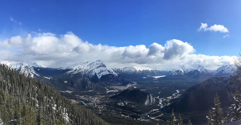 Szenische Ansicht von Banff, von Bogen-Fluss u. von Kanadier Rocky Mountains vom Schwefel-Berg, Nationalpark Banffs stockbild