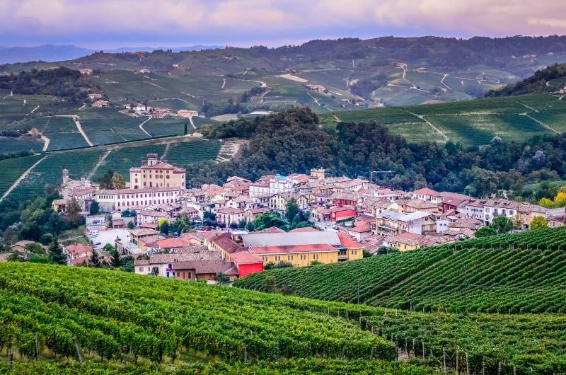 Szenische Ansicht von Barolo-Dorf in Italien stockfotografie