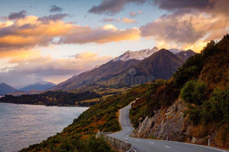 Szenische Ansicht von Berglandschaft und von Straße, Bennetts-Täuschung, NZ lizenzfreies stockfoto