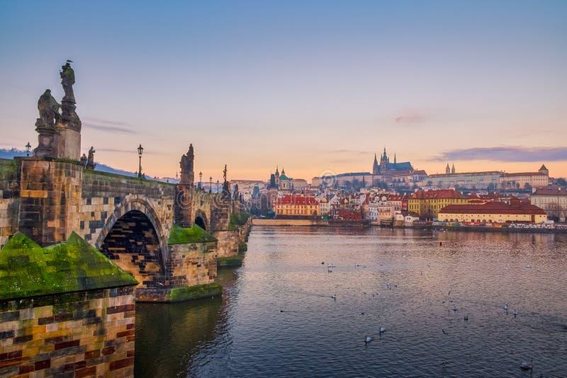 Szenische Ansicht von Charles-Brücke und von Prag-Schloss bei Sonnenaufgang, Prag, Tschechische Republik stockbild