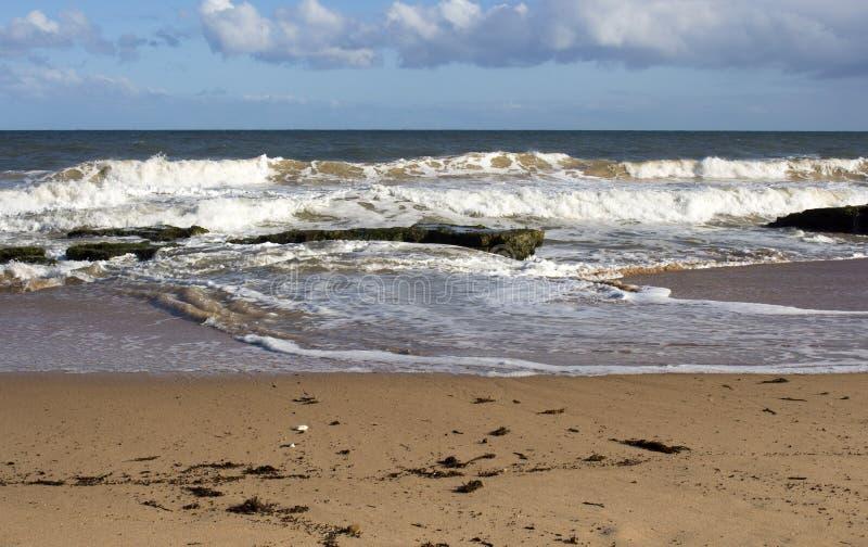 Szenische Ansicht von den Wellen, die auf Basalt spritzen, schaukelt am Ozeanstrand Bunbury West-Australien stockfotografie