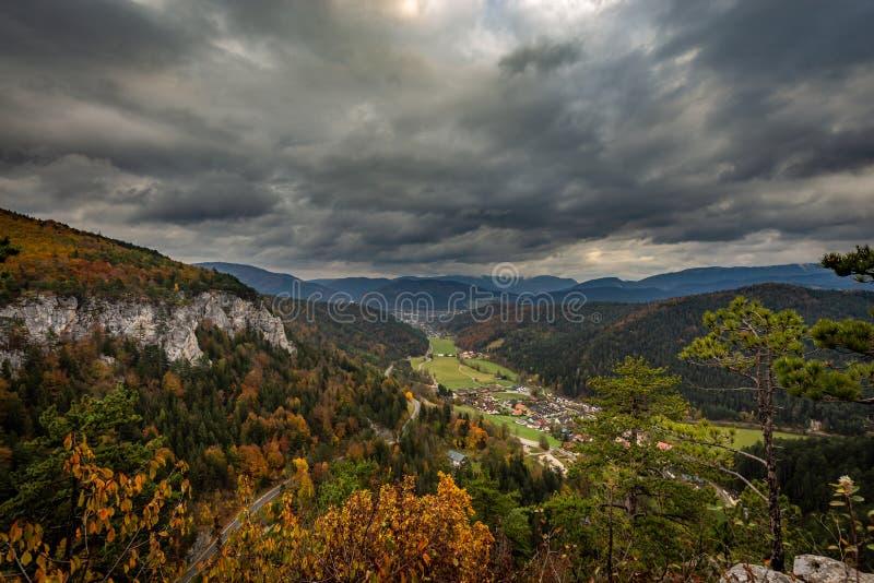 Szenische Ansicht von der Spitze von Hausstein zum grünen Tal mit buntem Herbstwald lizenzfreie stockfotos