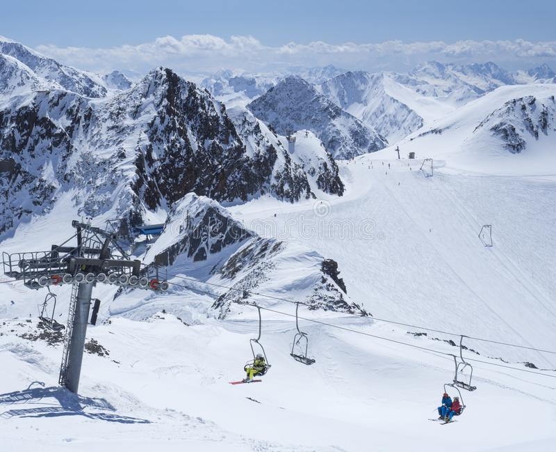 Szenische Ansicht von der Spitze von Wildspitz auf Winterlandschaft mit Schnee umfasste Bergh?nge und Pistes und Skifahrer auf St lizenzfreie stockbilder