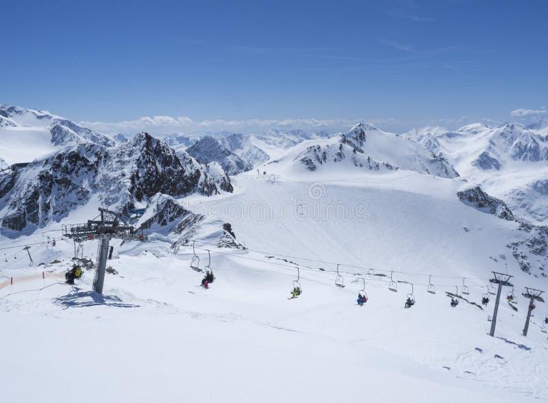 Szenische Ansicht von der Spitze von Wildspitz auf Winterlandschaft mit Schnee umfasste Bergh?nge und Pistes und Skifahrer auf St lizenzfreies stockbild