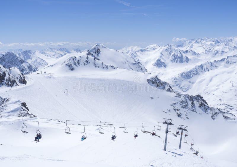 Szenische Ansicht von der Spitze von Wildspitz auf Winterlandschaft mit Schnee umfasste Bergh?nge und Pistes und Skifahrer auf St lizenzfreie stockfotos