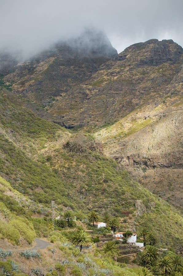 Szenische Ansicht von Dorf und von Bergen Masca an einem bewölkten Tag in Teneriffa, Spanien lizenzfreies stockbild