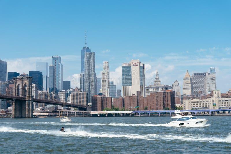 Szenische Ansicht von East River gegen Skyline des Stadtzentrums von Manhatt lizenzfreie stockfotografie