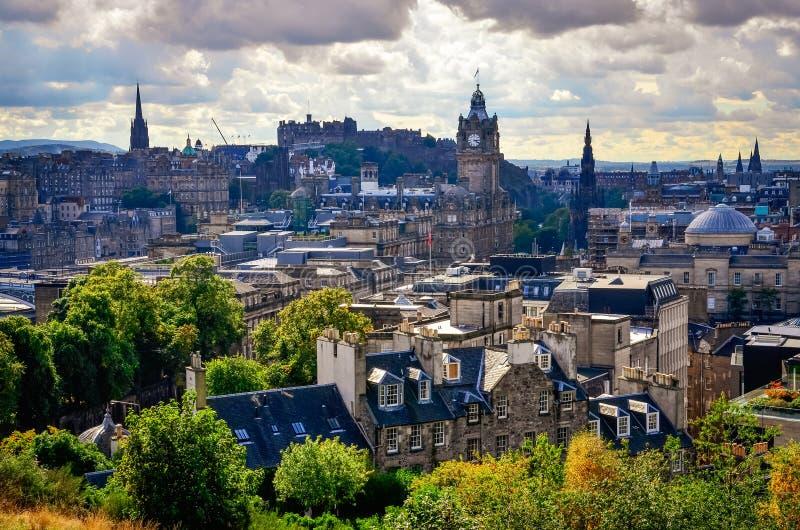 Szenische Ansicht von Edinburgh-Skylinen mit dem Schloss im Hintergrund, Schottland stockbilder