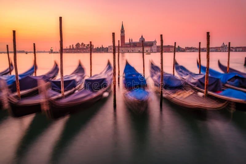 Szenische Ansicht von Gondeln und von Basilika Sans Giorgio Maggiore in Venedig stockfoto
