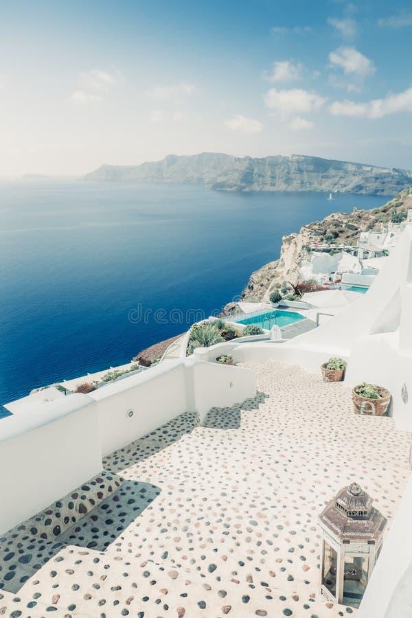 Szenische Ansicht von hellen Häusern und von Bahn im romantischen cycladic Dorf, Griechenland lizenzfreie stockbilder